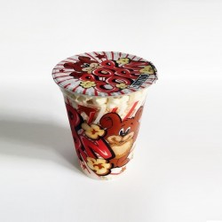 Popcorn w kubku z tatuażem...